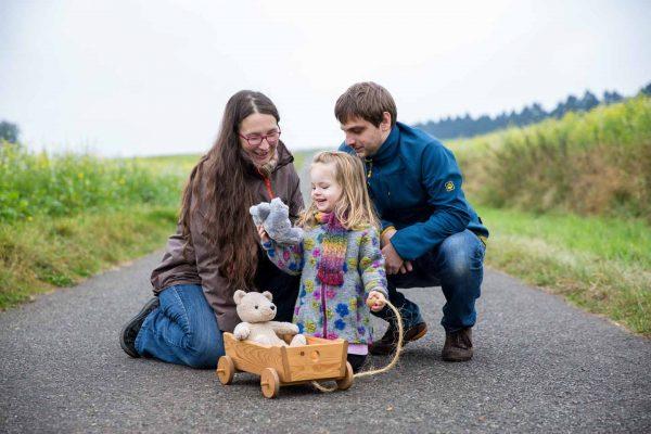 Sonja Kiesekamp Trageberatung , Fotoshooting im Feld in Bramsche , selbst gestrickter Schal , teddybär , Feldweg in Venne , Fotoshooting